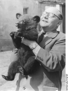 Berliner Tierpark, Prof. Dathe mit Kragenbär
